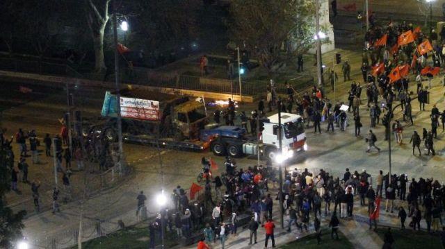 Camioneros pasan frente al Palacio La Moneda