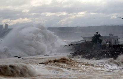 8 de agosto del 2015/VALPARAISO Fuertes vientos y olas de mas de 7 metros arrasaron con el borde costero de valparaiso y viña del mar, en la imagen se puede apreciar como quedo la Caleta Portales. FOTO: RAUL ZAMORA/AGENCIAUNO